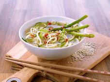 Gemüsesuppe mit grünem Spargel