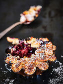 Berry crumble with powdered sugar