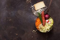 Zutaten für scharfe Chorizo-Zoodles mit Chili, Karotten, Manchego und Pinienkernen