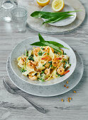 Pasta with wild garlic and shrimps