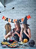 Lachende Mädchen bei der Halloweenparty