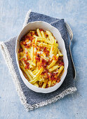 Pasta bake with tomatoes, diced ham and mozzarella