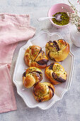 Chocolate knots with pistachios