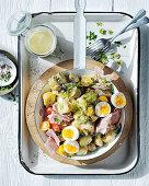Salad Piemontaise (Kartoffelsalat nach französischer Art mit Schinken und Ei