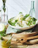 Weißkohlsalat mit Erbsen und Minze