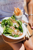 Salat-Wedges mit Zitronen-Sahne-Dressing