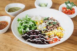 Gemüsesalat mit Reis, Hackfleisch und Mayonnaise