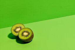 Halbierte Kiwi auf grünem Untergrund