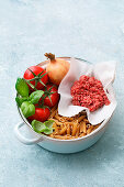 Ingredients for one-pot pasta 'Bolognese'