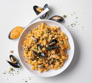 Girandole with mussels, chickpeas and peppers