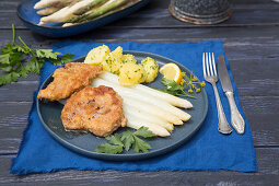 Breaded pork escalope with asparagus and parsley potatoes