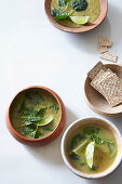 Spinach and pea soup with crackers