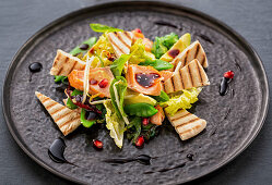 Salad with salmon and pita pieces