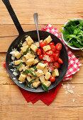 Ricotta-Parmesan-Gnocchi mit Tomaten in Pfanne