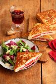 Toast Calabrese auf Blattsalat mit Parmesan