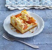 Apricot cake with crumble