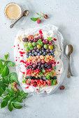 Regenbogen-Pavlova mit Sommerfrüchten