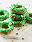 Donuts mit grünem Zuckerguss für Halloween