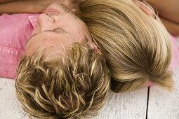 Aussen, Bande, Blond, Draussen, Erwachsene, Erwachsener, Farbe, Frau, Frauen, Haar, Haare, Hingelegt, Jugend, Jung, Kopf, Köpfe, Kopfhaar, Kopfhaare, Krawatten, Liebe, Liegend, Mann, Männer, Männlich, Mensch, Menschen, Miteinander, Nahaufnahme, Nahaufnahm