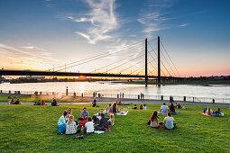 Sonnenuntergang, Rheinwiese, Düsseldorf, Nordrhein Westfalen, Deutschland