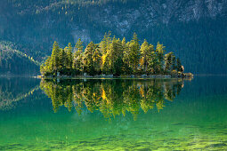 Insel im Eibsee, Werdenfelser Land, Bayern, Deutschland