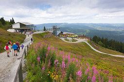 Wanderer auf dem Weg zur Gipfelstation der Arber-Bergbahn, Arberschutzhaus und Eisensteiner Hütte, Großer Arber, Bayrischer Wald, Bayern, Deutschland