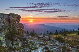 Sonnenuntergang am Richard-Wagner-Kopf, Blick vom Großen Arber über den Lamer Winkel, Bayrischer Wald, Bayern, Deutschland