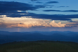 Blick vom Lusen auf Gewitterwolken über dem Bayrischen Wald, Bayern, Deutschland