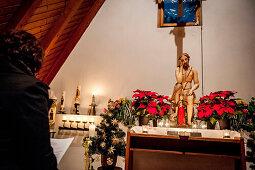 Abendandacht, Marienfigur, Altar, Frauentragen, katholisches Brauchtum, Weihnachtszeit, christliches Brauchtum, Geisenfeld, Bayern, Deutschland, Europa