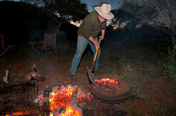 Fernsehchef Andrew Dwyer kocht am Campofen, Bungabiddy Rockhole, Westaustralien, Australien