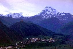 Blick auf Kazbegi mit Berg Kazbek an der Heerstraße im Grossen Kaukasus, Georgien