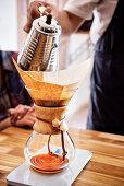 stylische Zubereitung von Kaffee in einem Cafe, Hauptstadt Bogota, Departmento Cundinamarca, Kolumbien, Südamerika