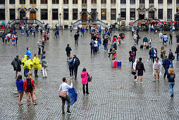 Leute im Regen, Grand Place, Grote Markt Platz, dahinter das Haus Maison des Ducks de Brabant, Altstadt, Brüssel, Bruxelles, Brussel, Belgien, Benelux