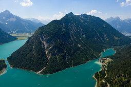 Südlicher Plansee mit Blick auf den Kleinen Plansee links und Heiterwanger See rechts, Tirol, Österreich