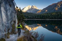 Mountainbiken am Blindsee Trail in Lermoos, Österreich\n