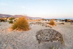 Elafonissi Strand mit pinkem Sand zum Sonnenuntergang, Südwesten Kreta, Griechenland