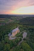 Blick auf die Kirche Gügel bei Scheßlitz in der Abenddämmerung, Fränkische Schweiz, Bamberg, Oberfranken, Franken, Bayern, Deutschland\n