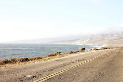 Strasse mit Ozean auf dem Weg zu Jalama Beach, Kalifornien, USA.