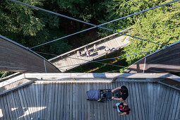 Blick auf den Steg mit Besuchern am Aussichtsturm am Baumwipfelpfad, Nationalpark Bayerischer Wald, Neuschönau, Bayern, Deutschland, Europa