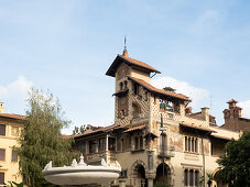 Quartiere Coppede, Rom, Italien: Villino delle Fate mit Jugendstil-Design, Fontana delle Rane im Vordergrund
