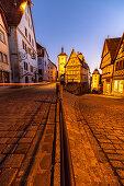 """Berühmte Gabelung """"Plönlein"""" zur blauen Stunde mit Lichtstreifen von Auto in Rothenburg ob der Tauber, Mittelfranken, Bayern, Deutschland"""