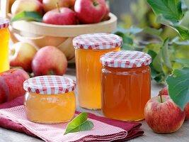Gläser mit Apfelgelee und frische Äpfel