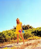 Frau, gelbes Kleid, gestreifte Decke , Sonnencap