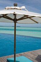 Steg mit Sonnenschirm, Meerblick, Malediven, Insel Anantara Dhigu