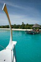 Blick vom Boot auf einen Steg, Insel Velighanduhuraa, Malediven
