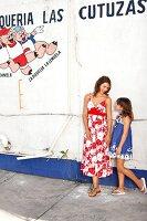 Strandmode: Mutter und Tochter in Kleidern mit Blumendruck