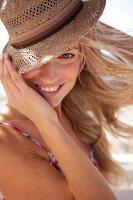 Close up einer Frau mit Strohhut