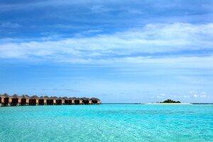 Lagune, Malediven Insel Dhigufinolhu Bungalowanlage im Wasser am Steg