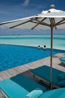 Sonnenschirm am Pool, Meerblick, Malediven, Insel Dhigufinolhu