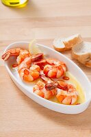 Fried garlic prawns with lemons